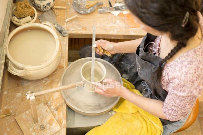Гончар в мастерской работает на гончарных колесах — стоковое фото