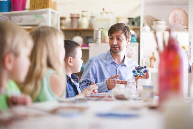 Insegnante maschio in classe di arti ne agli alunni — Foto stock