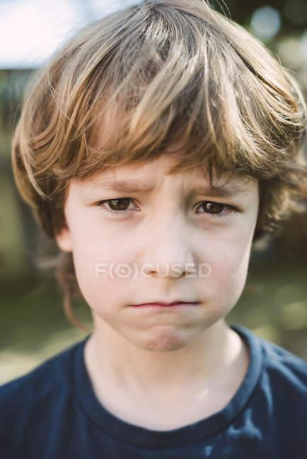 Портрет маленького мальчика, дующегося во рту — стоковое фото