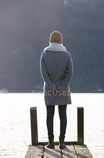 Austria, Mondsee, adolescente in piedi sul molo in autunno — Foto stock