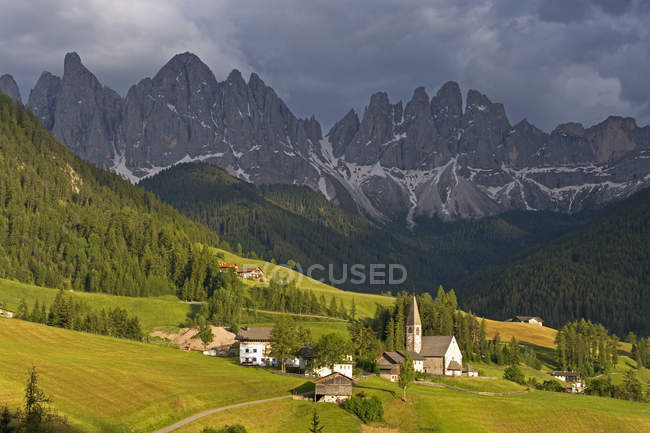Italy, South Tyrol, Vilnoess Valley, View to Church of St. Magdalena, Sass Rigais and Geisler group in the background — Stock Photo