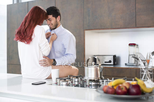 Пара в кухне, обмена интимный момент — стоковое фото
