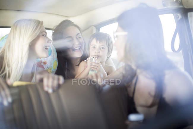 Freunde auf Roadtrip mit kleinem Mädchen — Stockfoto