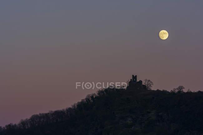Alemania, Renania-Palatinado, Castillo ruina Lobo en luna llena - foto de stock