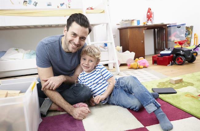 Padre e figlio giocare insieme — Foto stock