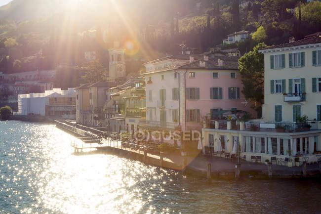 Vista su Gargnano di giorno, Provincia di Brescia, Lombardia, Italia — Foto stock