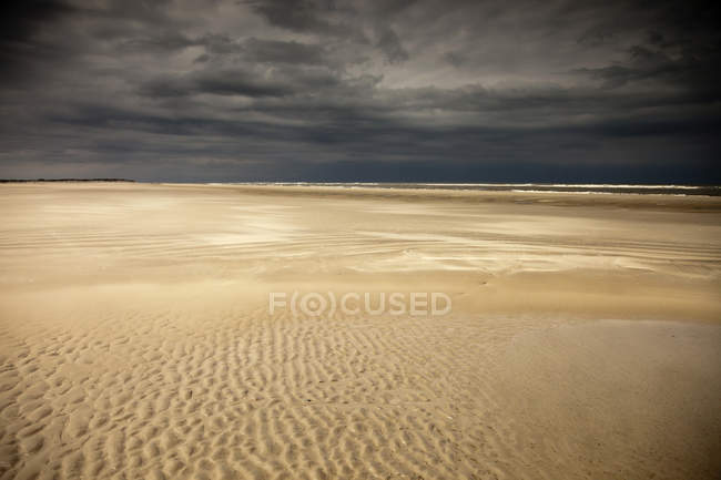 Germany, Eastern Friesland, Spiekeroog, empty low tide beach short before a thunderstorm — Stock Photo