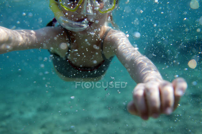 Girl snorkeling in sea at daytime — Stock Photo