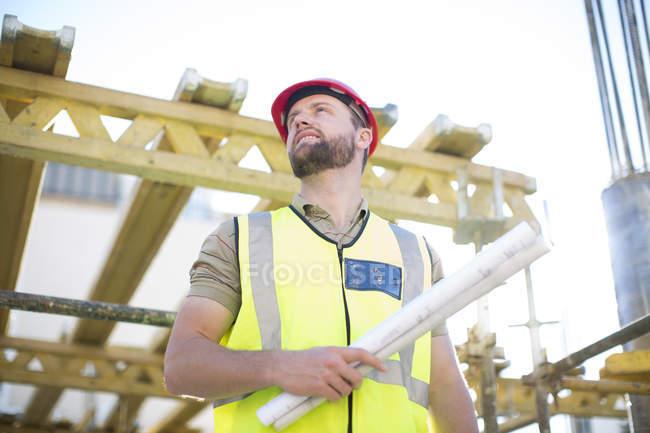 Працівник будівництва, дивлячись на будмайданчик — стокове фото
