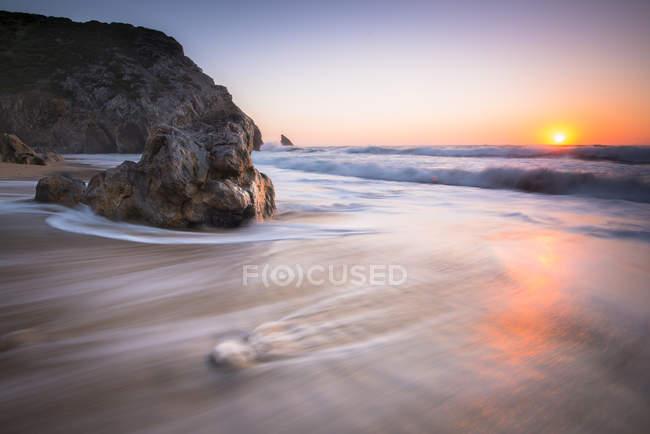 Rochas à beira-mar ao pôr do sol — Fotografia de Stock