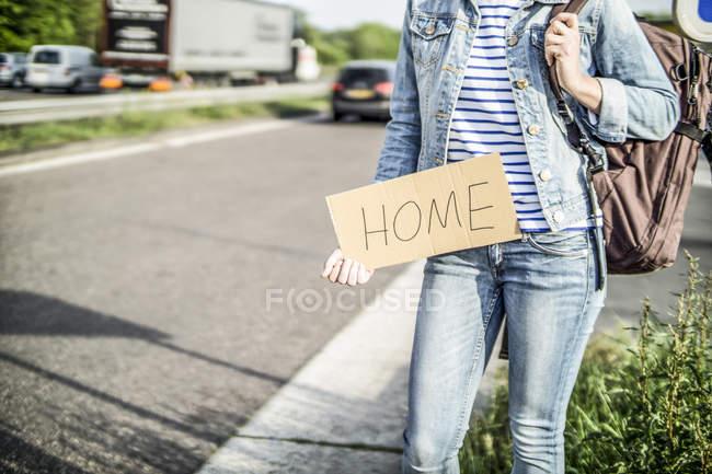 Германия, женщина-автостопщик с табличкой