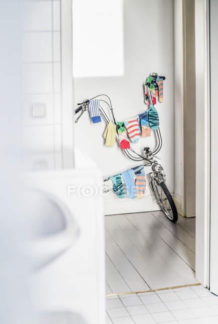 Vista de la Bicicleta utilizada como tendedero en casa - foto de stock