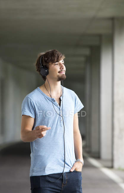 Young man hearing music with headphones — Stock Photo