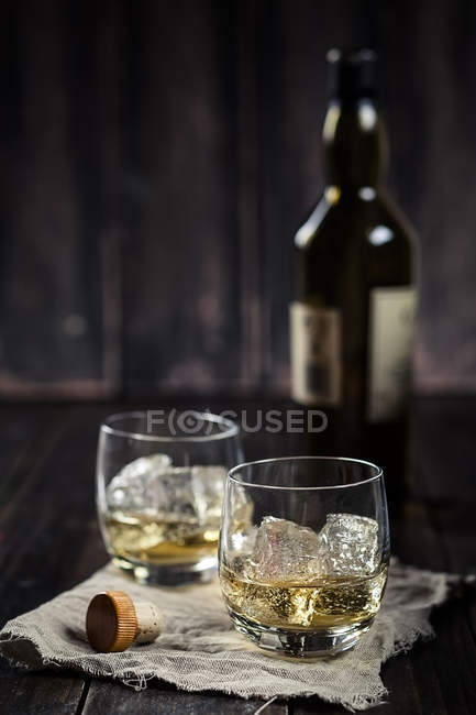 Two tumblers with whisky and ice — Stock Photo