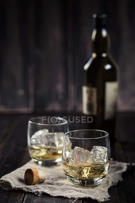 Due bicchieri con whisky e ghiaccio — Foto stock