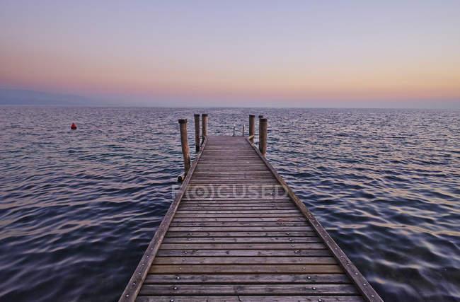 Italy, Punta san Vigilio, Lake Garda, jetty in twilight — Stock Photo