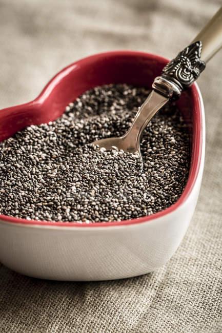 Серцеподібна миска насіння чіа. — стокове фото