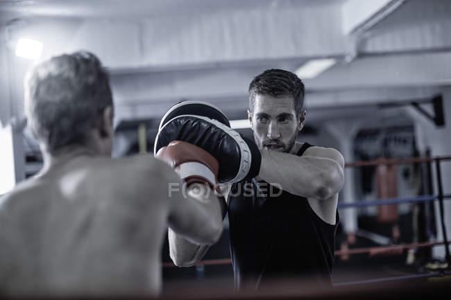 Trainer mit Boxtraining im Boxring — Stockfoto