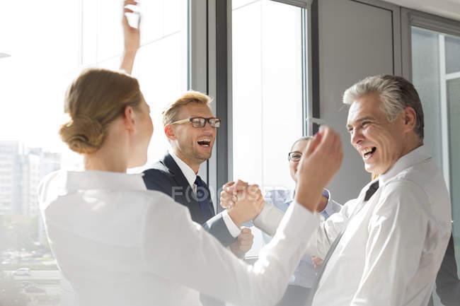 Comemorando o sucesso de pessoas de negócios a rir — Fotografia de Stock