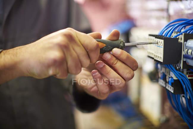 Nahaufnahme der Elektriker arbeiten mit Schraubendreher — Stockfoto