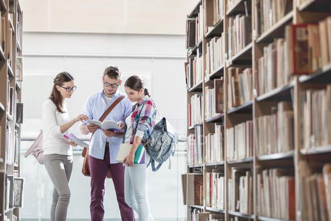 Deux étudiants ensemble à la bibliothèque universitaire — Photo de stock