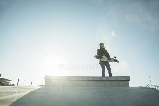 Mädchen im Skatepark auf Rampe — Stockfoto