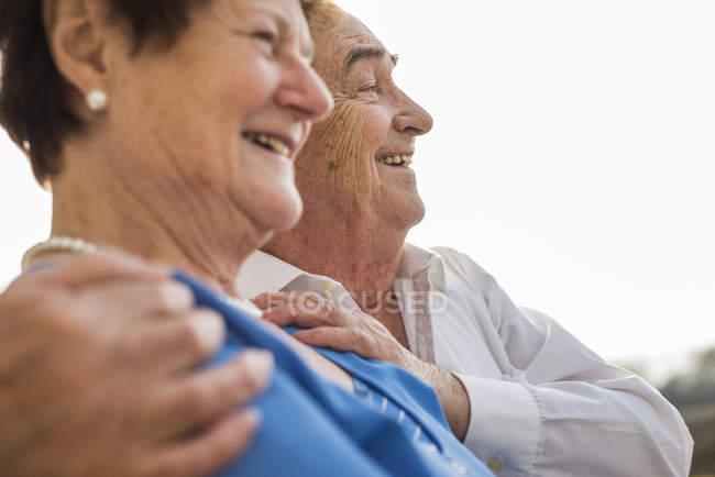 Joyeux rire couple aîné côte à côte — Photo de stock