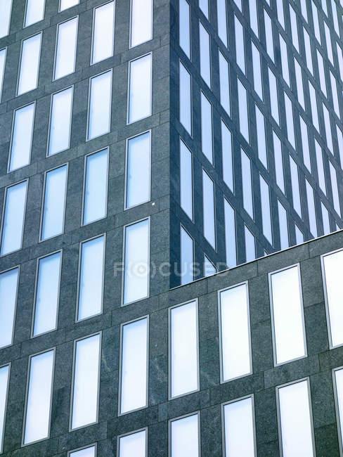 Vista da fachada da torre de escritório moderna durante o dia, Zurique, Suíça — Fotografia de Stock