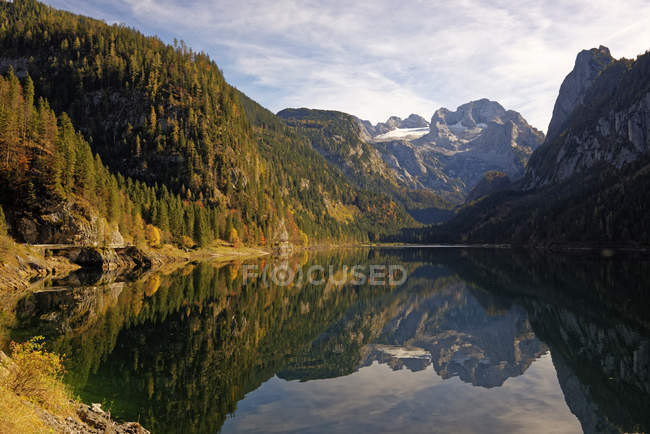 Austria, Salzkammergut, Lake Vorderer Gosausee with Dachstein mountains in background — Stock Photo