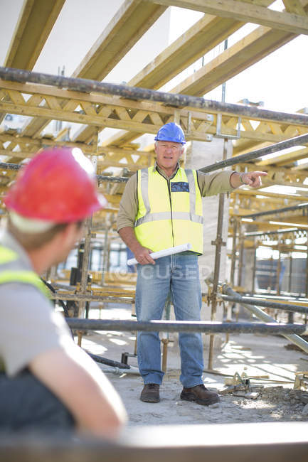 Construction worker giving instruction on construction site — Stock Photo