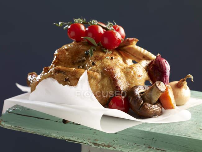 Frango assado com legumes assados — Fotografia de Stock