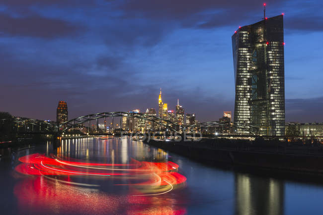 Німеччина, Франкфурт, видом на місто з Європейського Центрального банку і поворотним корабель на річку Майн в сутінки — стокове фото