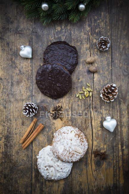 Нюрнбергская gingerbread и ингредиенты на деревянные поверхности — стоковое фото