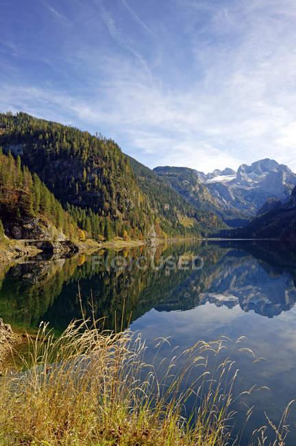 Österreich, Salzkammergut, See vorderen Gosausee mit Dachstein-Bergen im Hintergrund — Stockfoto