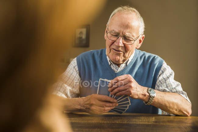 Старший чоловік гральних карт — стокове фото