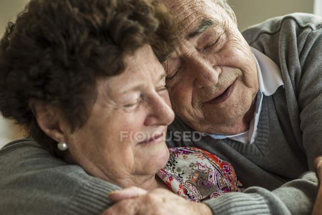 Glückliches Senioren-Paar zu Hause — Stockfoto