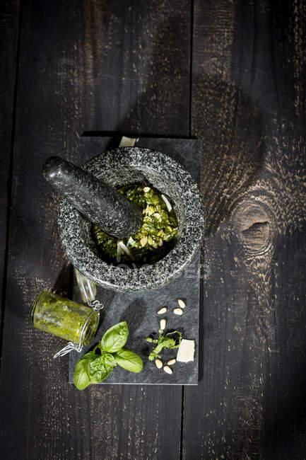 Подготовка Алла Дженовезе песто с расшивкой швов — стоковое фото
