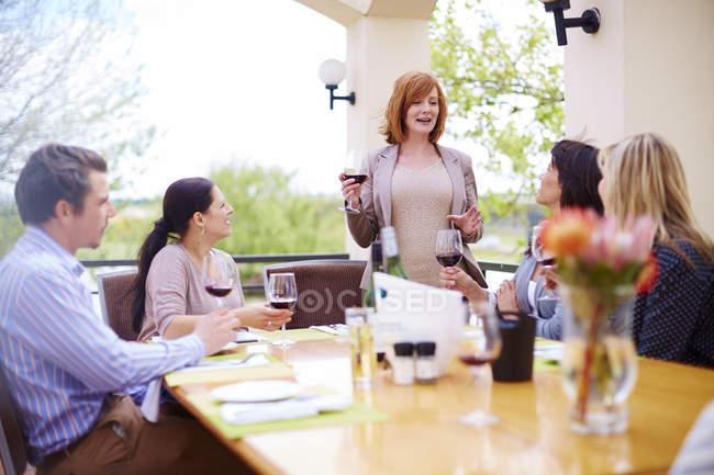 Друзья пьют красное вино на лоджии — стоковое фото
