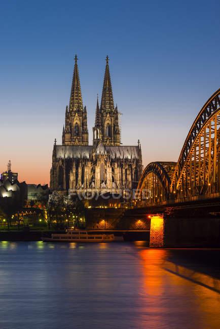 Cathédrale de Cologne éclairée et pont Hohenzollern, Cologne, Allemagne — Photo de stock