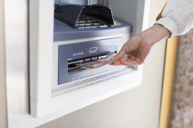 Zugeschnittenes Bild Frau am Geldautomat — Stockfoto