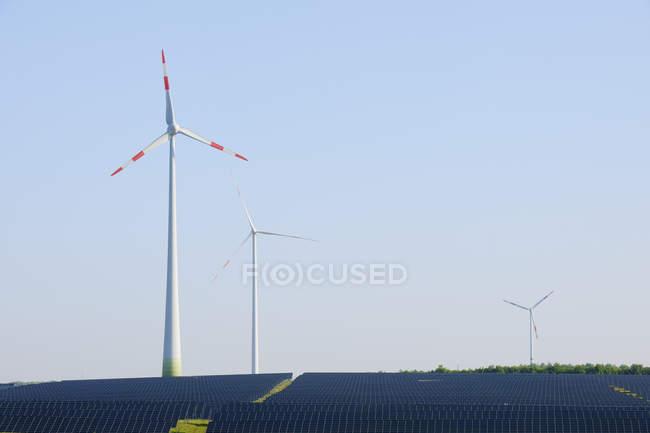 Alemanha, Baviera, painéis solares e turbinas eólicas — Fotografia de Stock