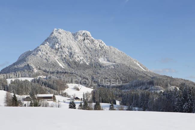 Austria, alta Austria, Salzkammergut, Fuschl am See, vista a la montaña de Schober en invierno - foto de stock
