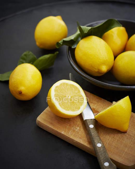 Whole and halved lemons — Stock Photo