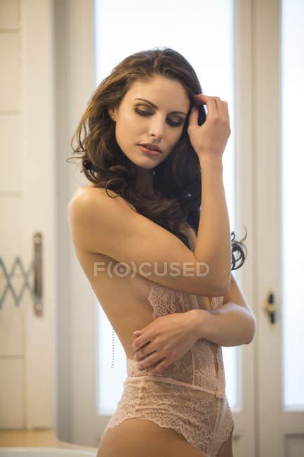Sensual mujer joven en ropa interior en cuarto de baño - foto de stock