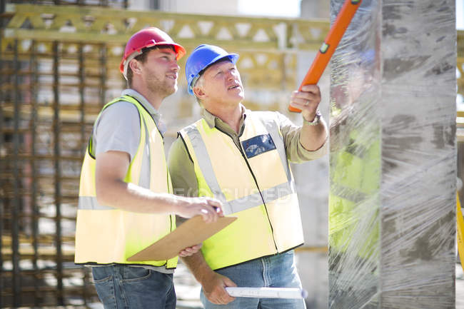 Two construction workers in construction site — Stock Photo