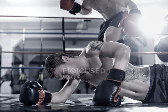 Boxer schlägt Gegner im Boxring — Stockfoto