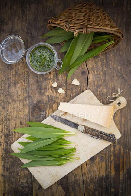 Verre de pesto bio ramson, ramson, couteau et parmesan — Photo de stock