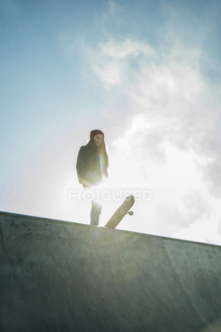 Chica en skatepark en rampa - foto de stock