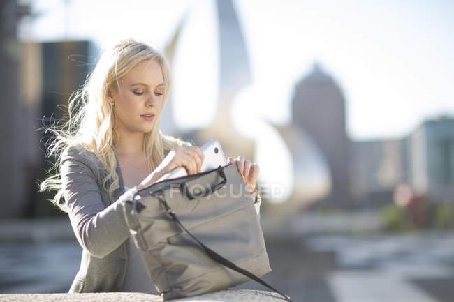 Femme prise ordinateur portable de sac — Photo de stock