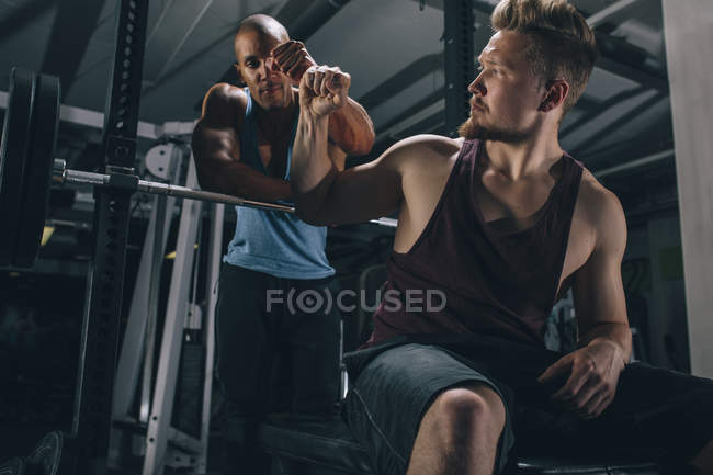 Два друга-мужчины в спортзале — стоковое фото